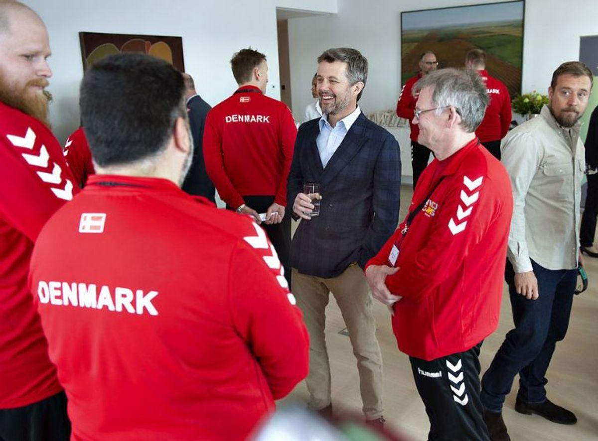 Kronprins Frederik taler med veterangruppen i reception for de skadede danske krigsveteraner, der skal deltage i Invictus Games i Sydney til oktober, på den australske ambassadørs residens i Nordhavnen. Foto: Keld Navntoft/Scanpix