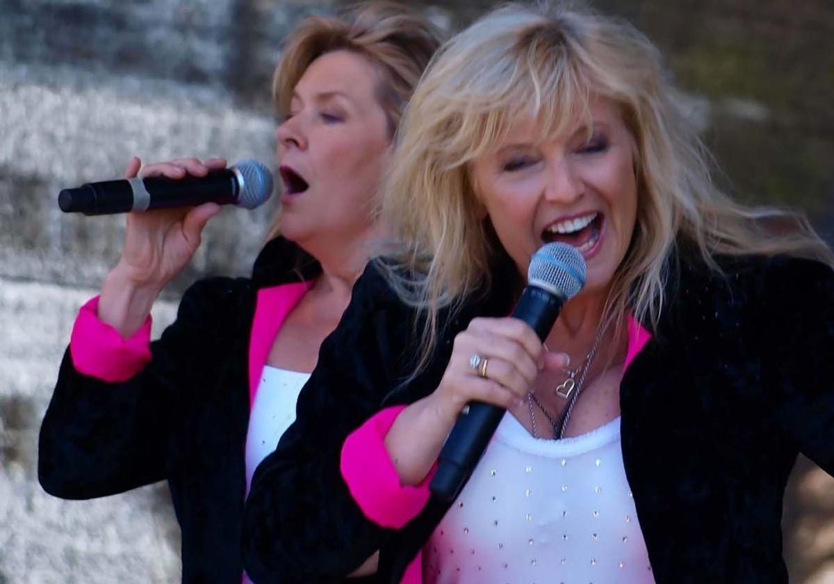"""1985: Eurovision-trofæet blev i Norden. Dette år vandt Bobbysocks fra Norge med """"La' det swinge"""". Foto: Jeblad/Wikipedia (Arkivfoto)"""