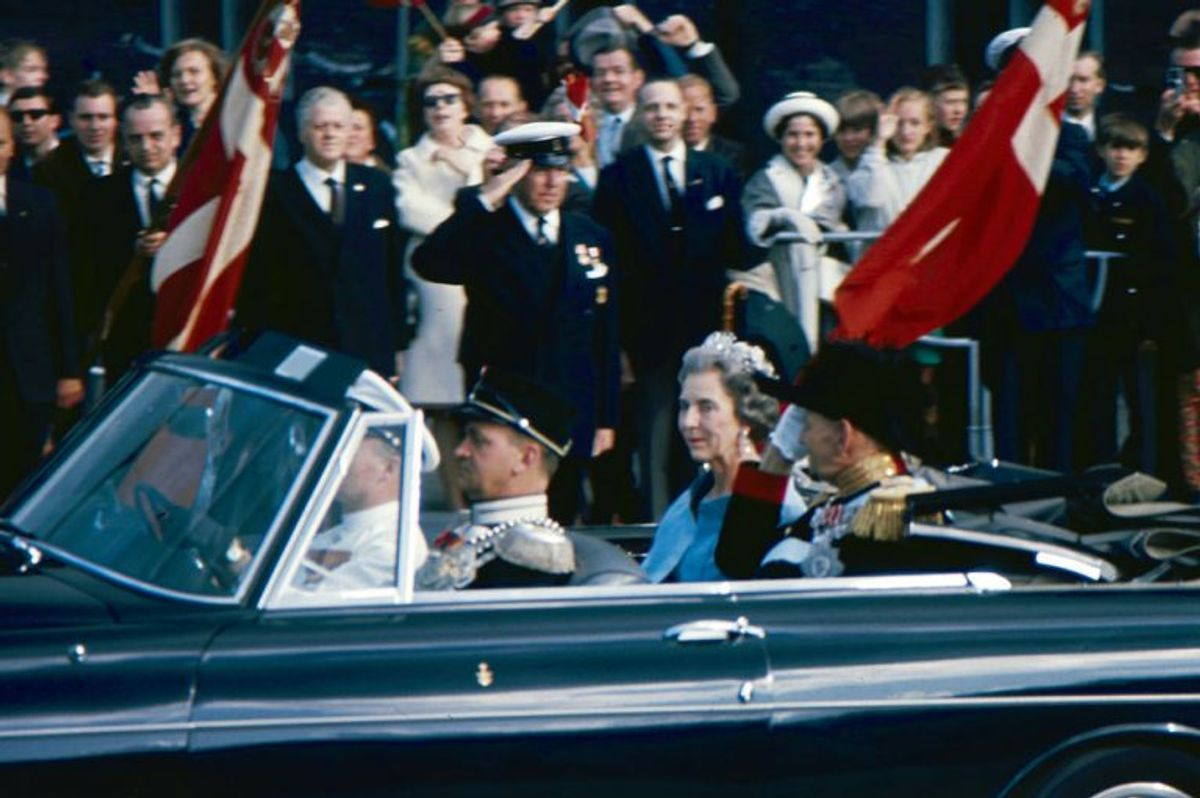 Tronfølgerparrets bryllup. Kong Frederik og dronning Ingrid i bil på vej til Holmens Kirke i 1967. Arkivfoto: Scanpix