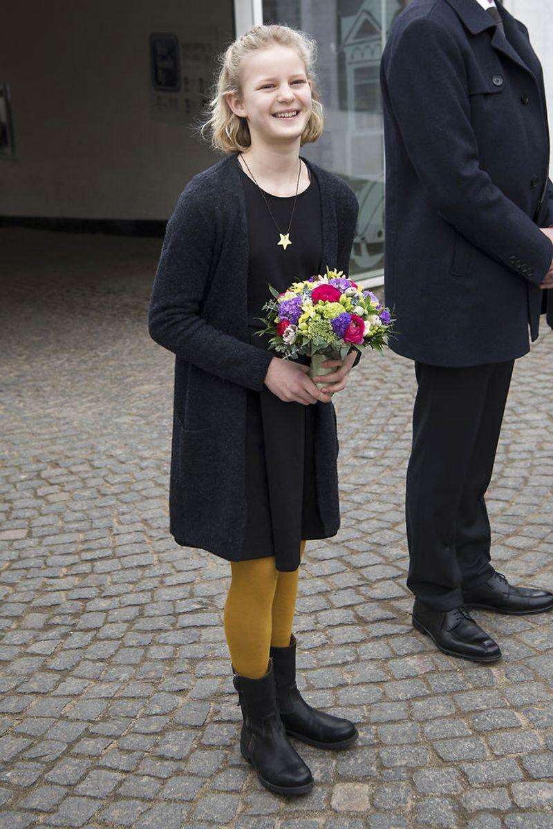 Blomsterpigen Ester Wowk Vestergaard på 11 år er klar til at byde dronningen velkommen til Den Gamle By i Aarhus. (Foto: Bo Amstrup/Scanpix 2018)