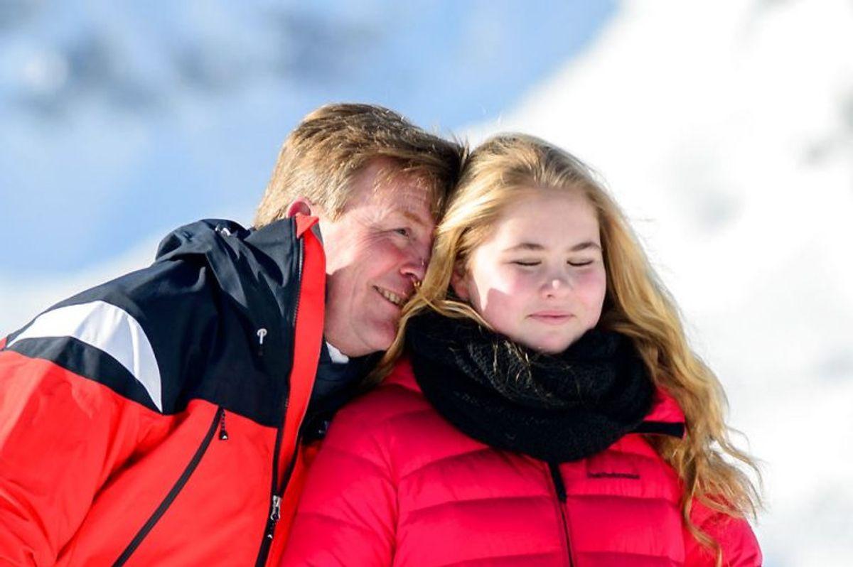 Kong Willem-Alexander se her sammen med datteren prinsesse Catharina-Amalia. Foto: DIETMAR STIPLOVSEK/Scanpix.