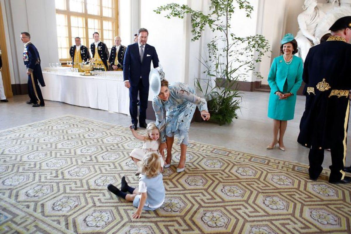 Prinsessen har ondt i ryggen – og hun har givetvis også nok at se til. Her ses hun med sine to børn, prinsesse Leonora og prins Nicolas. Foto: Christine Olsson/Scanpix (Arkivfoto)