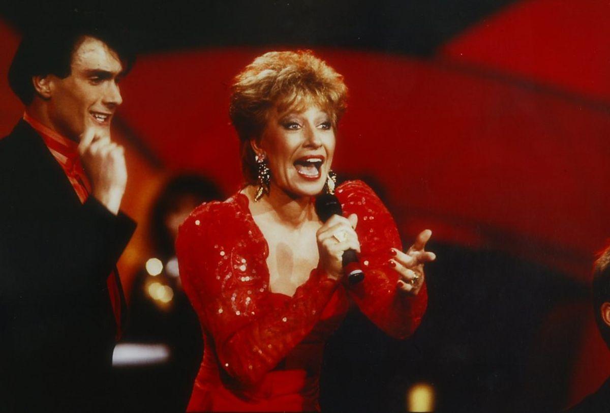 """Birthe Kjær vandt i 1989 med sangen """"Vi maler byen rød"""". Keld Heick, de rhavde skrevet teksten, var også med på scenen som korsanger og danser. Foto: DR (Arkivfoto)"""