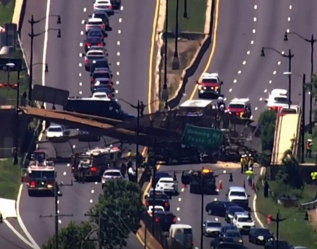 En bro er kollapset over en motorvej.