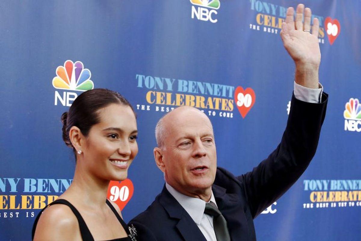Bruce Willis, der her ses sammen med sin hustru Emma, vinker til publikum ved et award-show tilbage i 2016. Arkivfoto: Eduardo Munoz/Scanpix