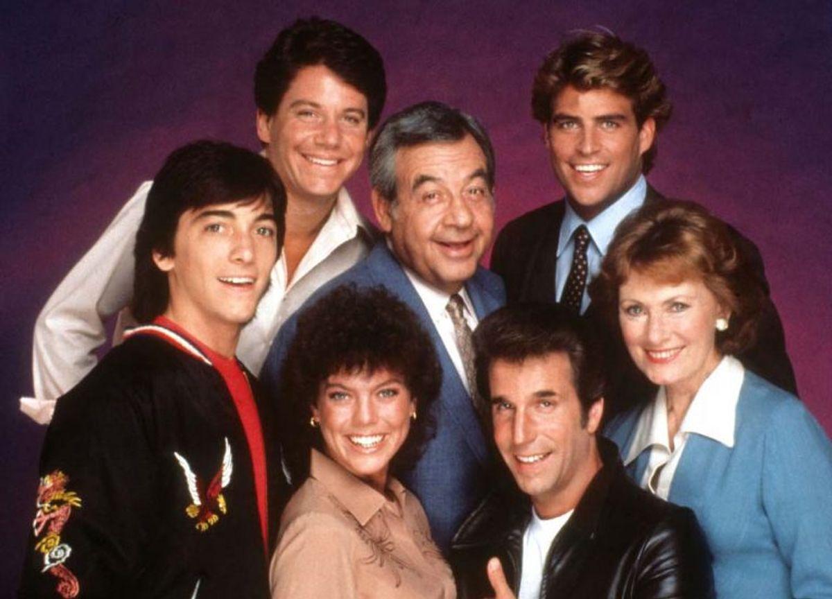 Erin Moran er død. Hun blev 56 år. Her ses hun med resten af teamet i Happy Days. Erin Moran ses her som nummer to fra venstre (forreste række). Foto: Scanpix (Arkivfoto)