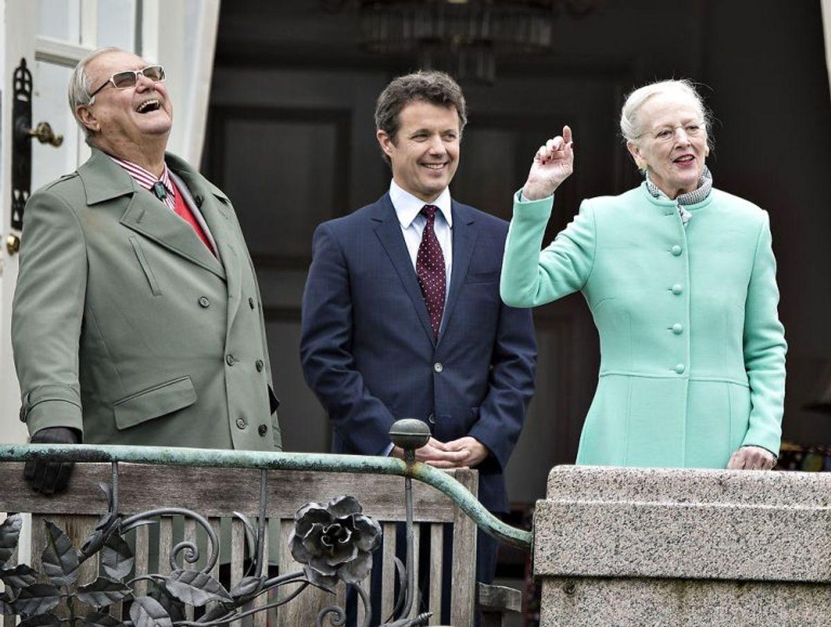 Dronning Margrethe og prins Henrik samt kronprins Frederik ved dronning Margrethes 77 års fødselsdag. Foto: Henning Bagger / Scanpix (Arkivfoto)