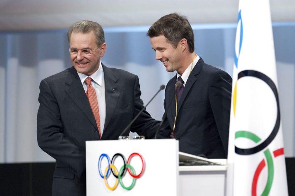 Kronprins Frederik har været medlem af IOC – Den Internationale Olympiske Komité – siden 2009. Nu har han mistet en af sine kolleger i klubben, idet Frankie Fredericks er suspenderet. Her ses Danmarks tronfølger med forhenværende IOC-præsident Jacques Rogge. Foto: Jens Nørgaard Larsen/Scanpix (Arkivfoto)