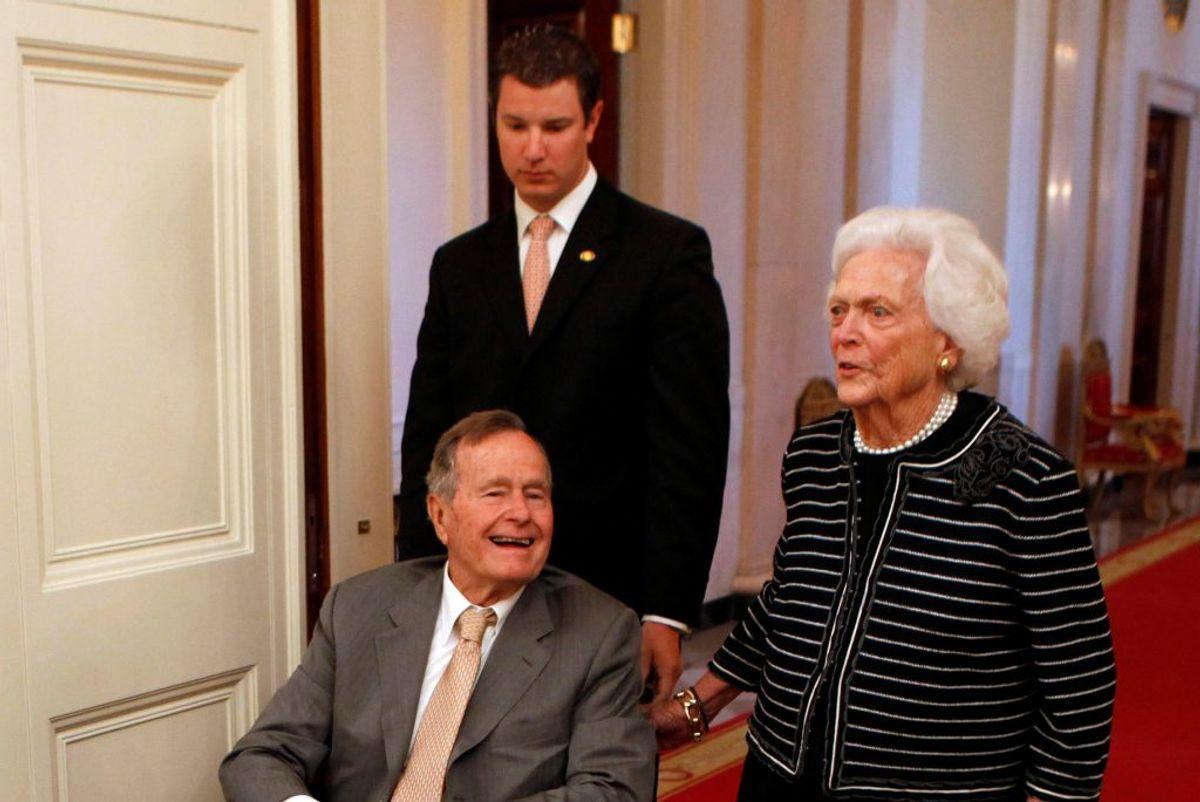 George H.W. Bush er blevet indlagt på et hospital i Houston, efter at han fik et ildebefindende. Den tidligere amerikanske præsident, som er 92 år, meldes i bedring.   Foto: Reuters/Larry Downing