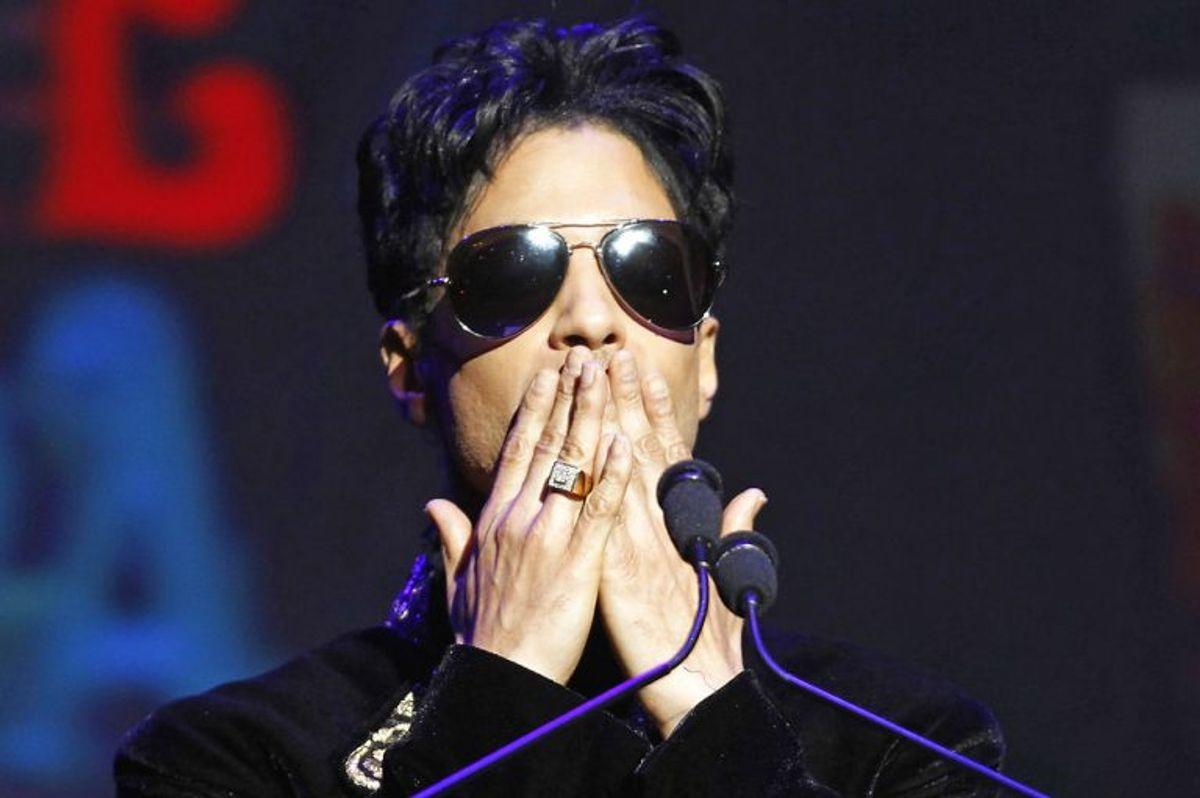 Det var et chok for mange, da musikeren Prince døde den 21. april 2016. Prince blev fundet død i en elevator i sit hjem i Minnesota. Hans dødsårsag er endnu ikke fastslået, men der er talrige spekulationer om et massivt medicinforbrug. Foto:Lucas Jackson/Scanpix.