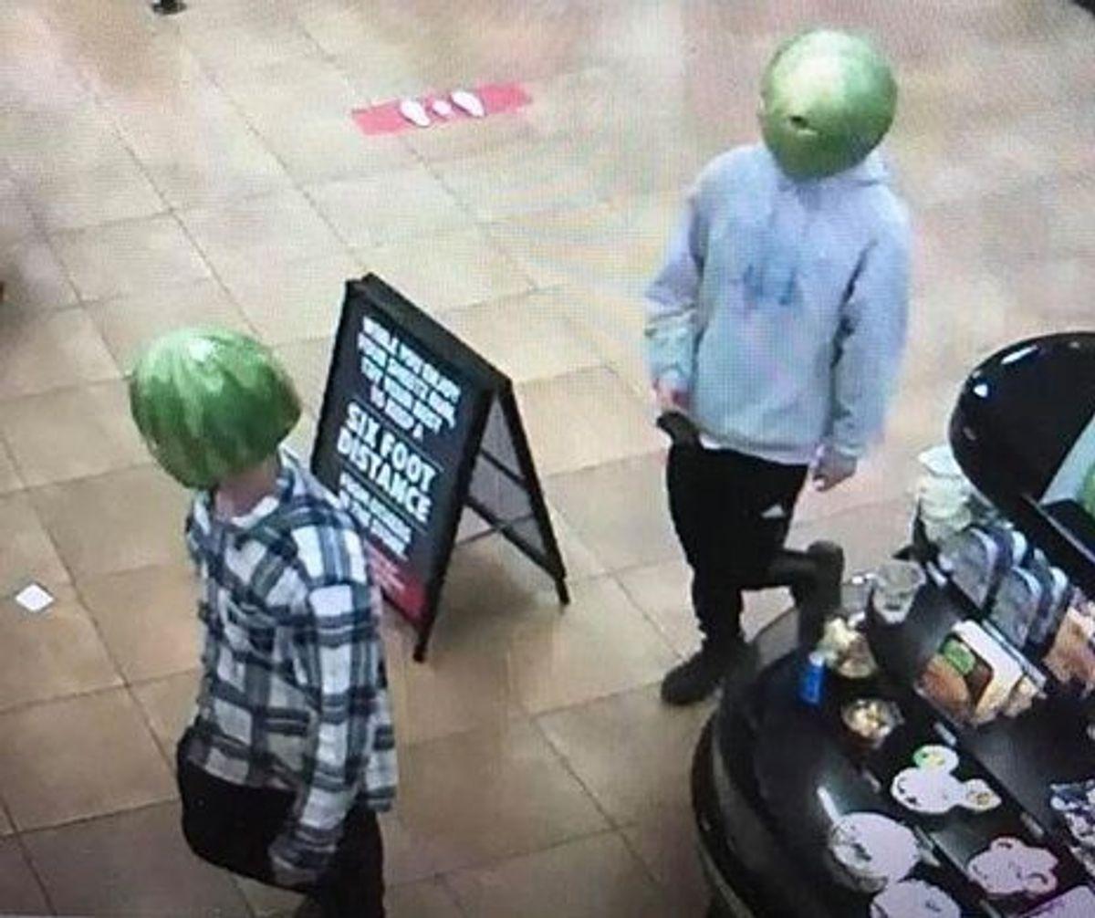 Det er ikke hver dag man ser to personer iklædt vandmeloner. Foto: Louisa Police Department