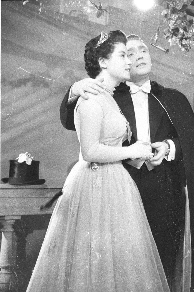 """1957: Gustav Winckler og Birthe Wilke """"Skibet skal sejle i nat"""". Foto: Scanpix (Arkivfoto)"""