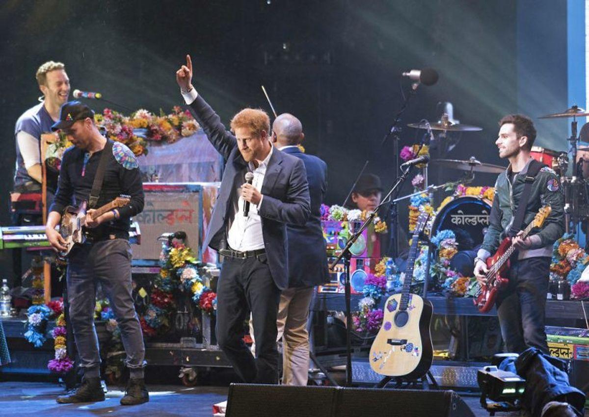 Prins Harry indtog scenen som en ægte rockstjerne, da bandet Coldplay tirsdag aften gav koncert på Kensington Palace i London. Foto: Scanpix.