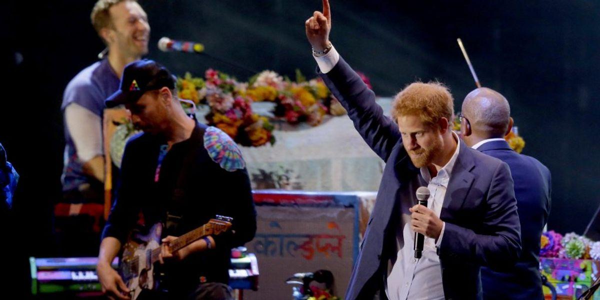 Prins Harry indtog scenen som en ægte rockstjerne, da bandet Coldplay tirsdag aften gav koncert på Kensington Palace i London. Foto: Matt Dunham/AP