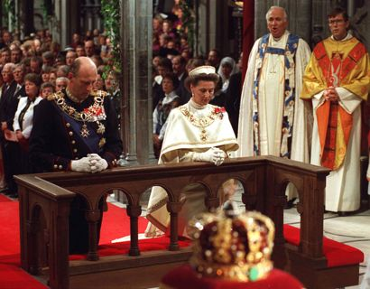 Billedet her viser kong Halrald og dronning Sonja under signing-ceremonien i Nidarosdomen den 23. juni 1991. I forgrunden kan man fornemme den norske kongekrone. Foto: Bjørn Sigurdsøn / SCANPIX