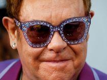 Elton kigger forbi Horsens