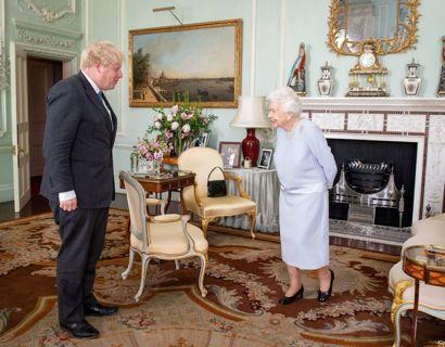 Man skal godt nok stille skarpt, men på dette foto fra Buckingham Palace, der er fra den 23. juni, kan man se, at dronningen fortsat har et foto af Harry og Meghan stående i sine private gemakker. Klik videre for at se det lidt tydeligere. Foto: Scanpix/Dominic Lipinski/Pool via REUTERS