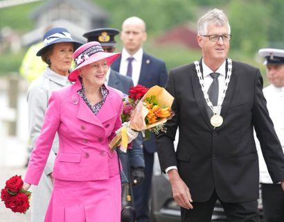 Dronning Margrethe ankommer til Sønderborg Havn, hvor hun bliver taget imod af Sønderborg Kommunes borgmester, Erik Lauritzen. Foto: Claus Fisker/Ritzau Scanpix