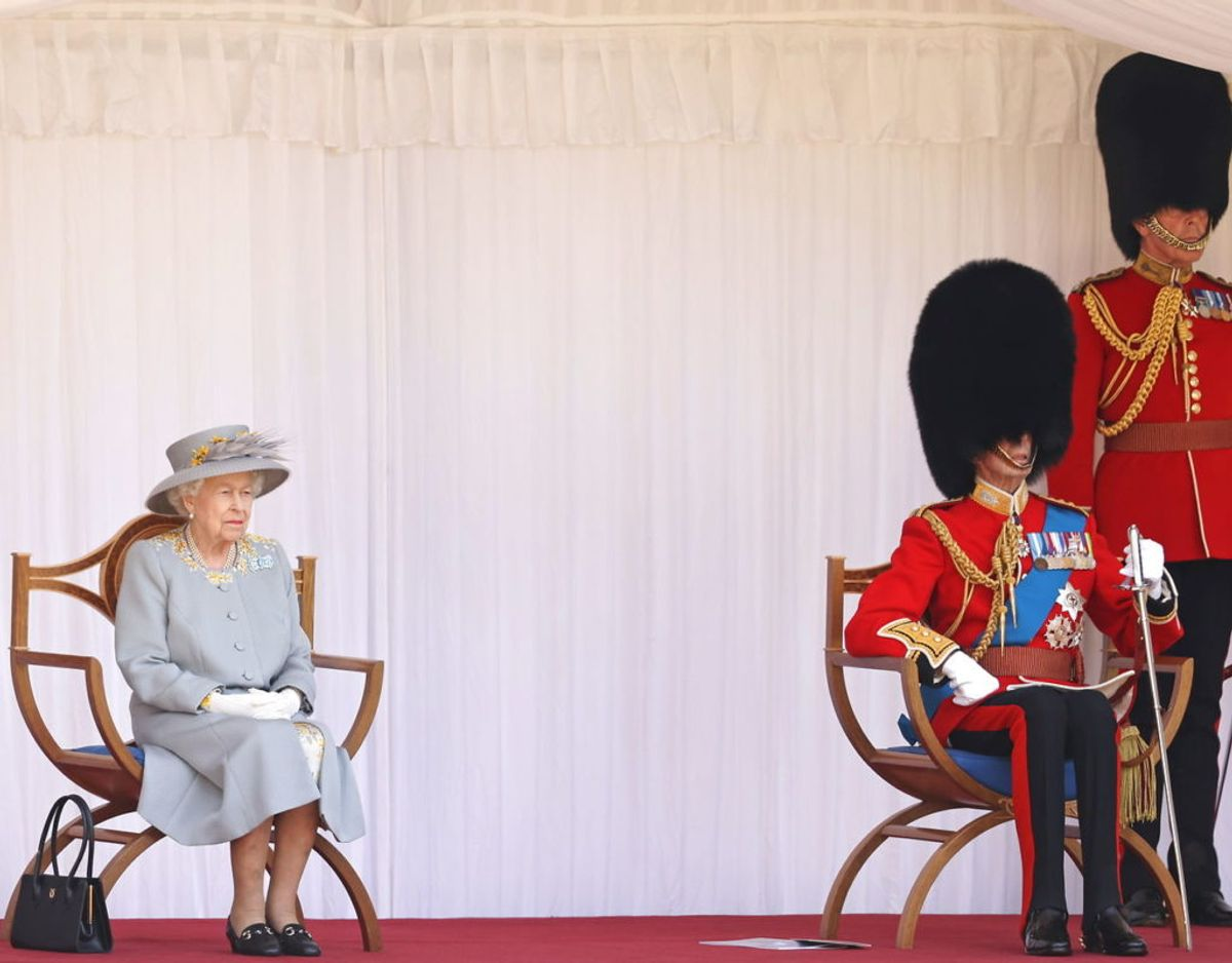 Dronning Elizabeth ses her med sin fætter, 85-årige prins Edward, hertugen af Kent, ved sin side. Foto: Scanpix/Chris Jackson/Pool via REUTERS