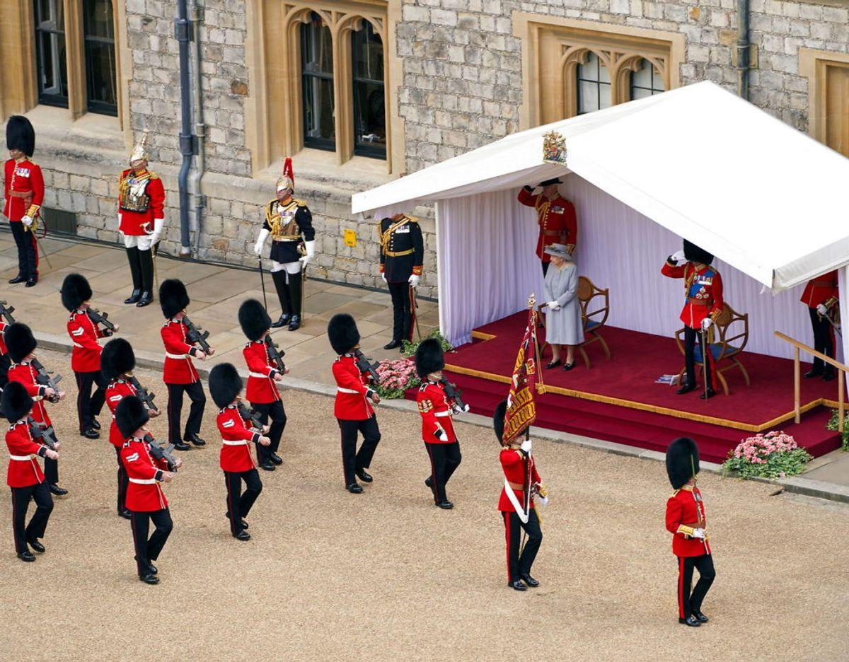 Dronningen og prins Edward hilser på nogle af de deltagende militærfolk på paraden. Foto: Scanpix/Steve Parsons/Pool via REUTERS