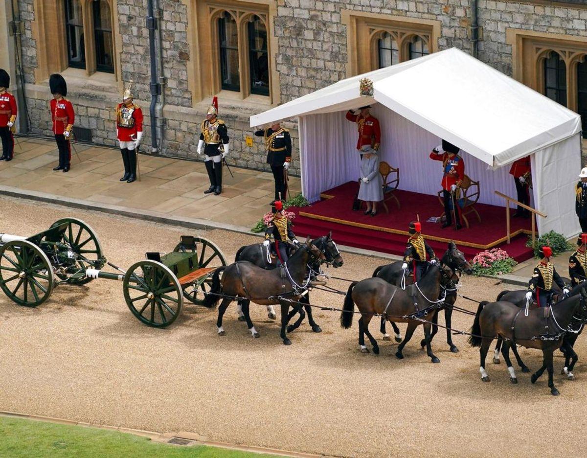 En hestetrukket kanon passerer podiet, med dronningen og prins Edward. Foto: Scanpix/Steve Parsons / POOL / AFP