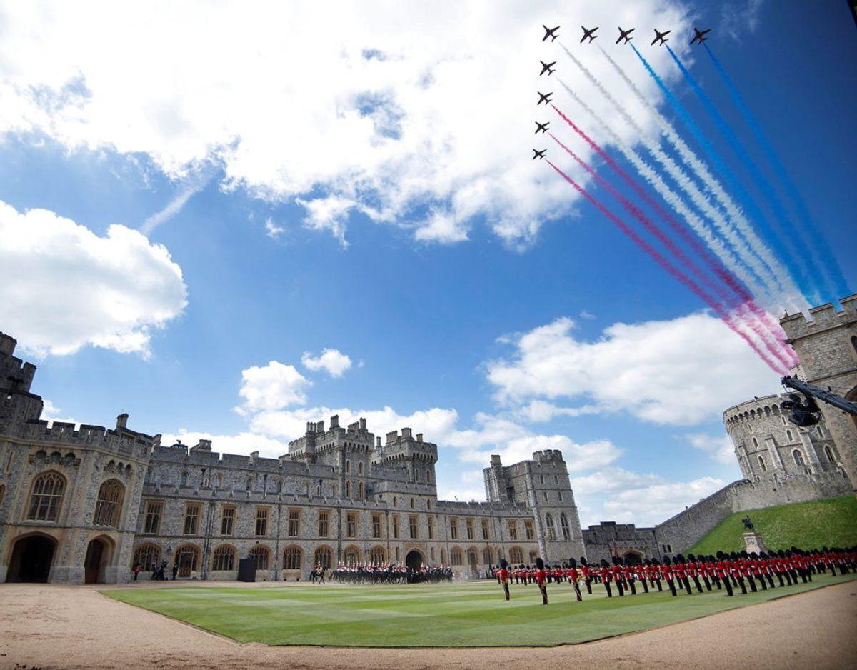 "The Royal Air Force ""Red Arrows"" flyver hen over Windsor Castle. Foto: Scanpix/Eddie Mulholland/Pool via REUTERS"