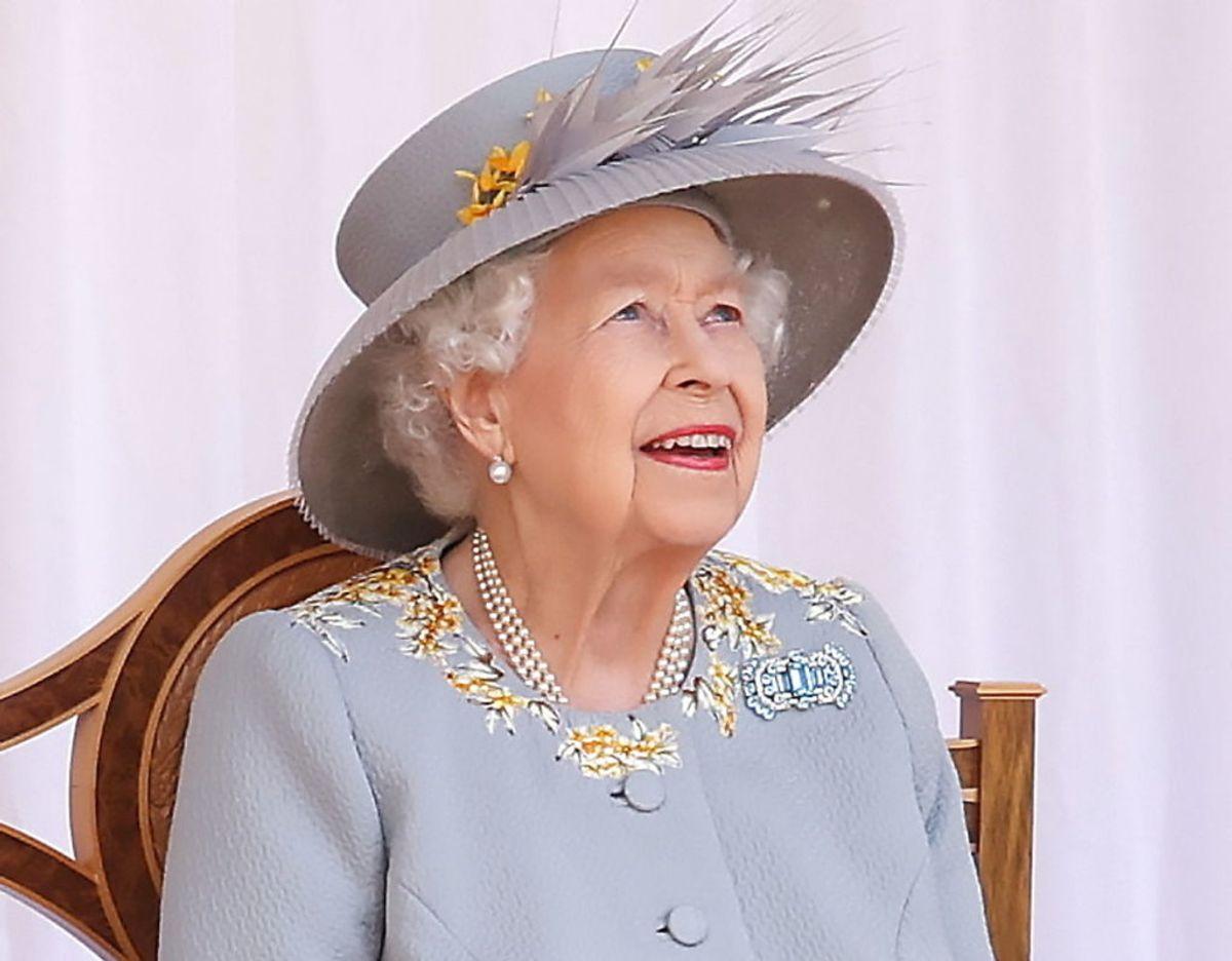 """Majestæten kigger begejstret efter the Royal Air Force """"Red Arrows"""" flyene. Foto: Scanpix/Chris Jackson /Pool via REUTERS"""
