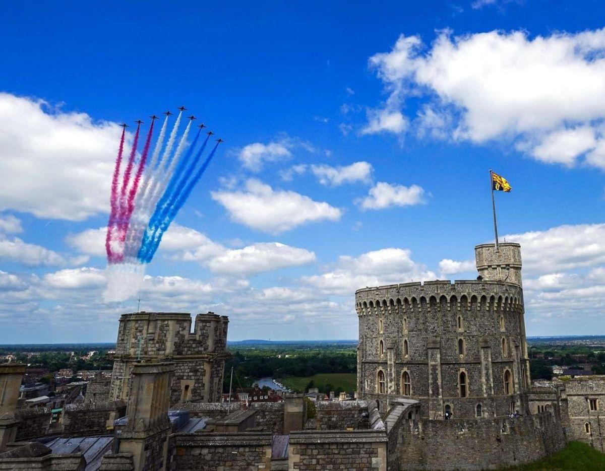 Endnu et foto af The Red Arrows flyene over Windsor Castle. Foto: Scanpix/Steve Parsons / POOL / AFP