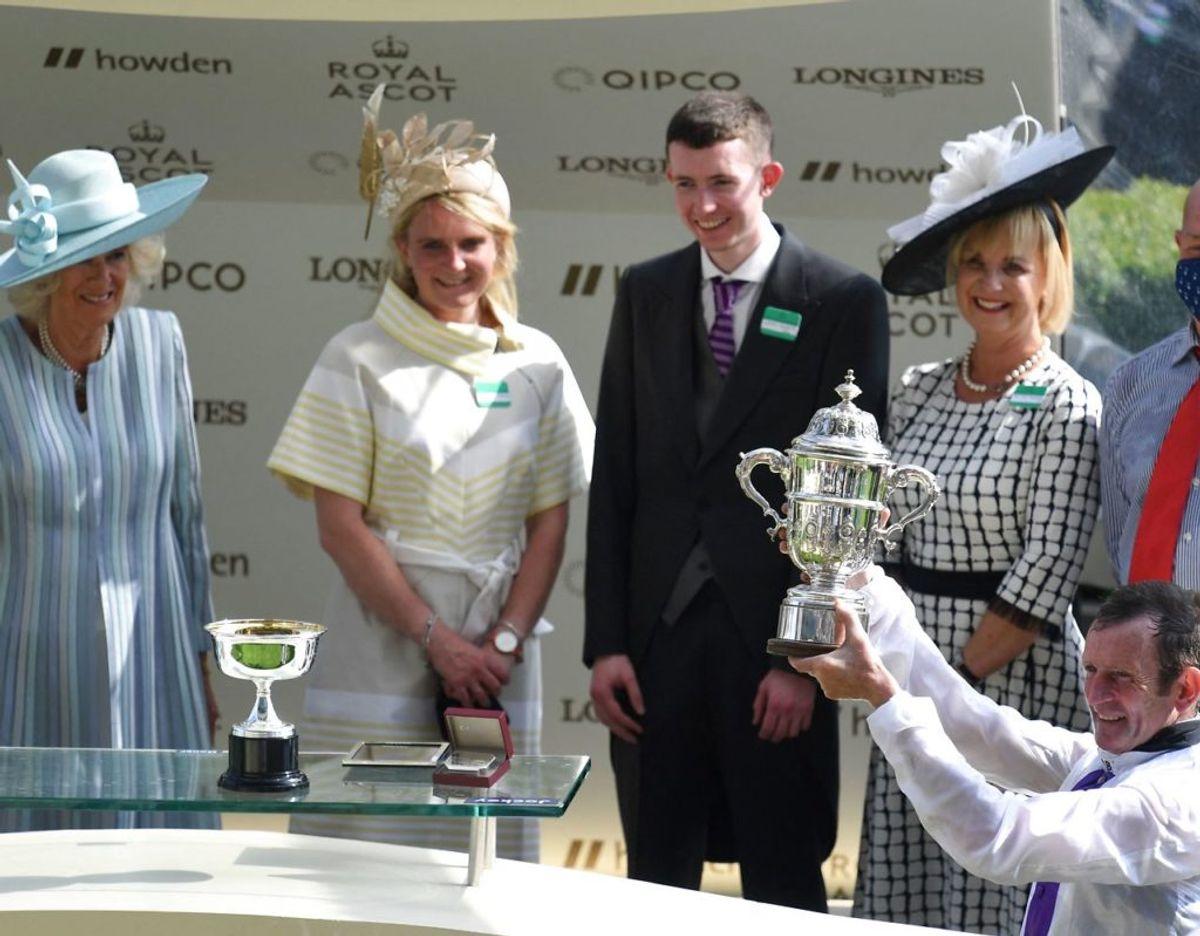 Jockeyen Kevin Manning fik overrakt pokalen af blandt andre Prins Charles og Camilla. Foto: DANIEL LEAL-OLIVAS / AFP