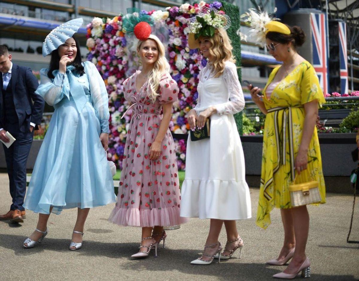 Kjoler fylder en hel del ved Royal Ascot. Også for disse tilskuere. Foto: DANIEL LEAL-OLIVAS / AFP