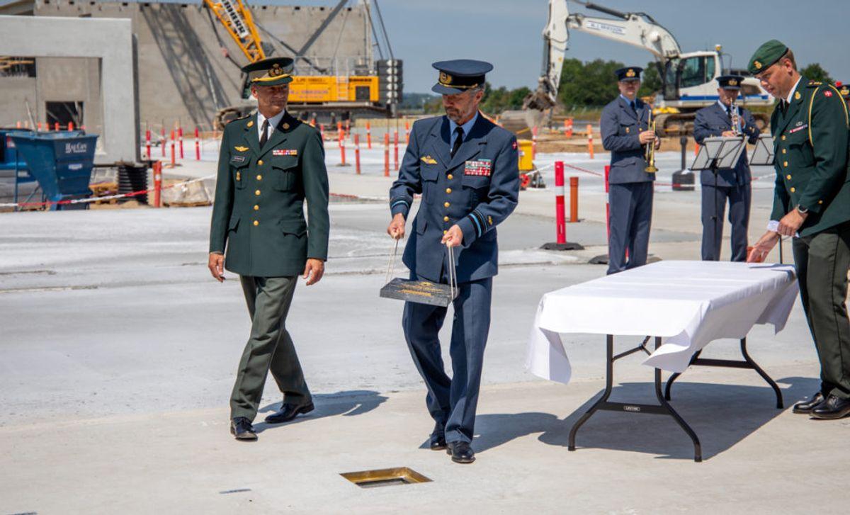 Kronprins Frederik nedlægger grundstenen ved F-35 Campus i Skrydstrup. Foto: Simon Elbeck / Forsvaret