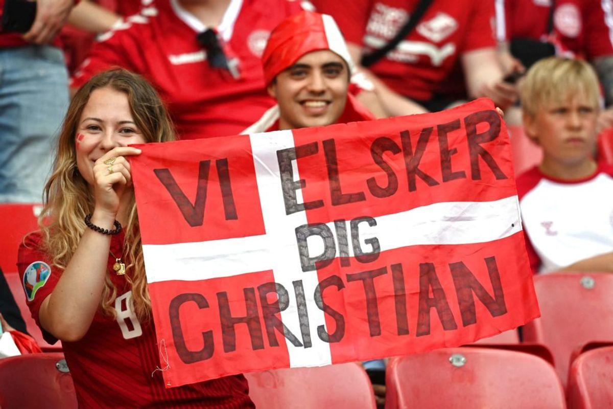 Hyldest til Eriksen før kampen mod Belgien.  (Photo by Jonathan NACKSTRAND / POOL / AFP)