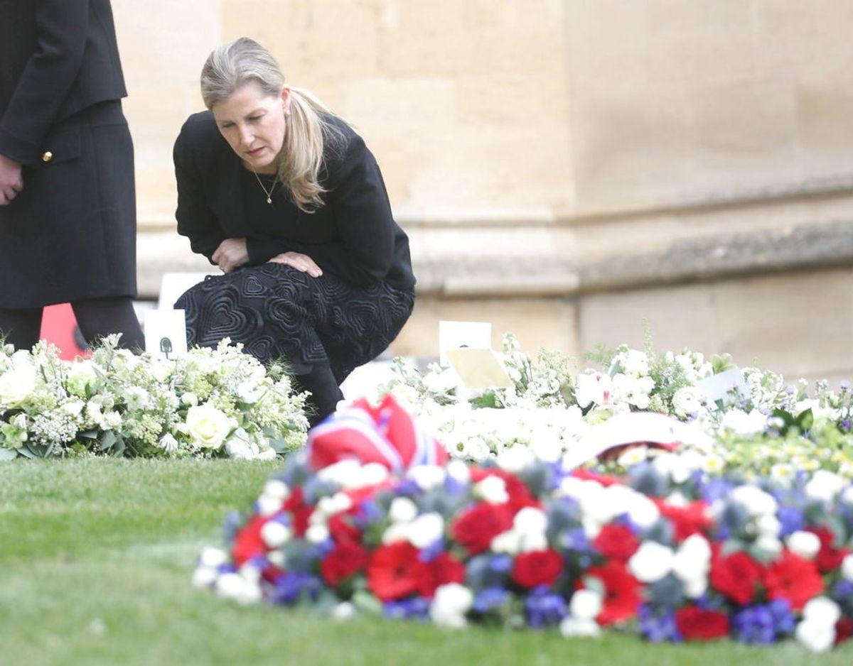 Grevinden ses her kigge på de mange blomster, der blev lagt ved Windsor Castle efter det kom frem, at prins Philip var gået bort. Foto: Scanpix/Steve Parsons/PA Wire/Pool via REUTERS/File Photo