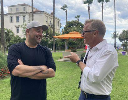 """Instruktør Mehdi Avaz og producent Niels Juul, der her ses sammen til filmfestival i Cannes, skal sammen lave filmen """"Ellen"""", der bliver på engelsk og til et internationalt publikum. – Foto: Eva Maria Brandi/ Ritzau/Ritzau Scanpix"""