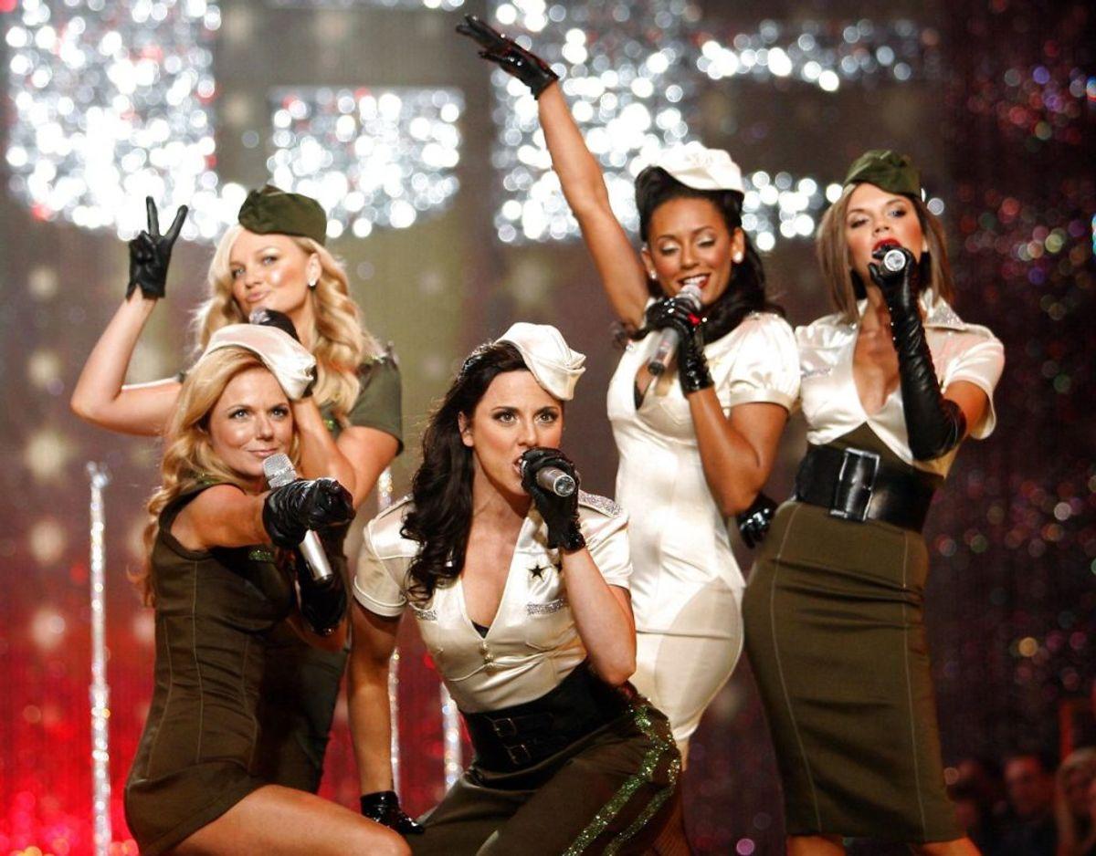 Spice Girls som vi husker dem. Bagest fra venstre er det Emma Bunton, Melanie Janine Brown og Victoria Caroline Adams. Forrest fra venstre er det Geri Halliwell og Melanie Chisholm. Foto: Scanpix/REUTERS/Mario Anzuoni