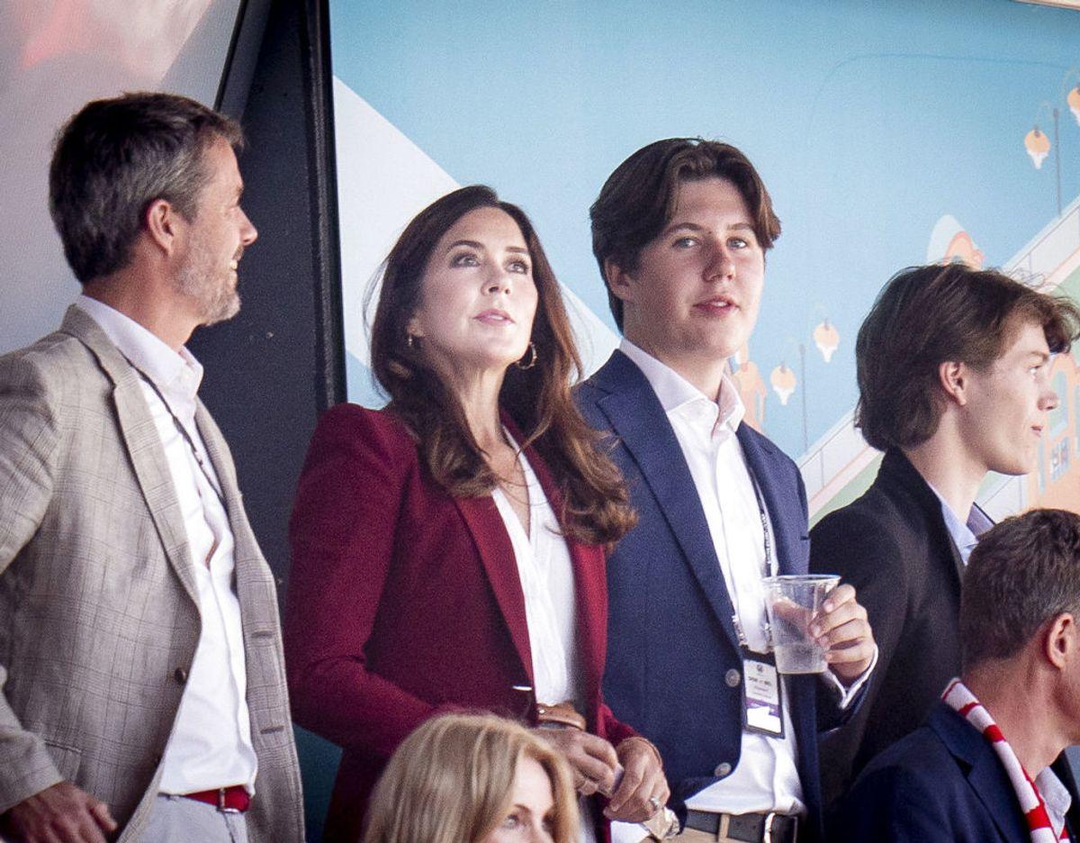 Frederik, Mary og prins Christian i Parken ved kampen mellem Danmark og Belgien torsdag den 17. juni. Helt til højre i billedet ses også prins Felix. Foto: Scanpix/Liselotte Sabroe/Ritzau Scanpix