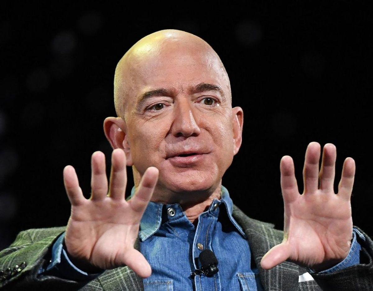 Bezos har udtalt, at han vil bruge mere tid på andre af sine investeringer – herunder avisen Washington Post og rumselskabet Blue Origin. Foto: Mark RALSTON / AFP