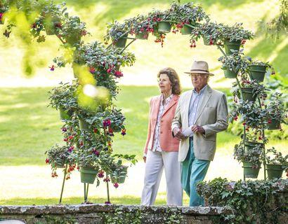 Kong Carl Gustaf og dronning Silvia ankommer til åbningen af 'Inglasat' udstillingen lørdag den 3. juli. Foto: Scanpix/Suvad Mrkonjic / TT /