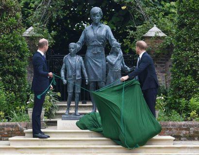Prins William og prins Harry afslører statuen. Foto: Scanpix/Dominic Lipinski / POOL / AFP