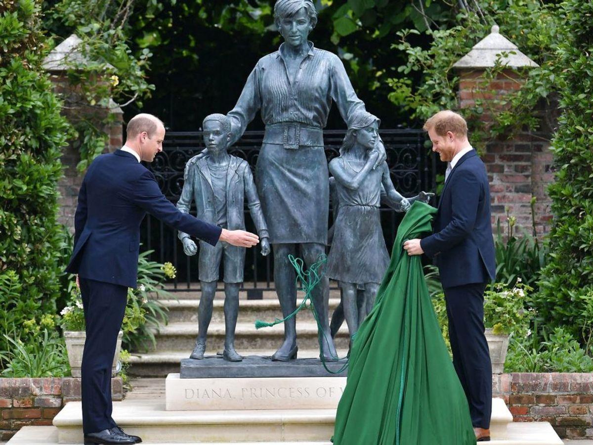 Prins William og prins Harry afslører statuen, som er rejst i Kensington Palace i London, hvor prinsesse Diana boede. Foto: Dominic Lipinski/Ritzau Scanpix
