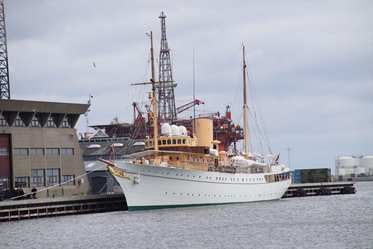 Lørdag satte begge Dannebrogs motorer ud. Siden er der arbejdet intenst på at få skibet klart.