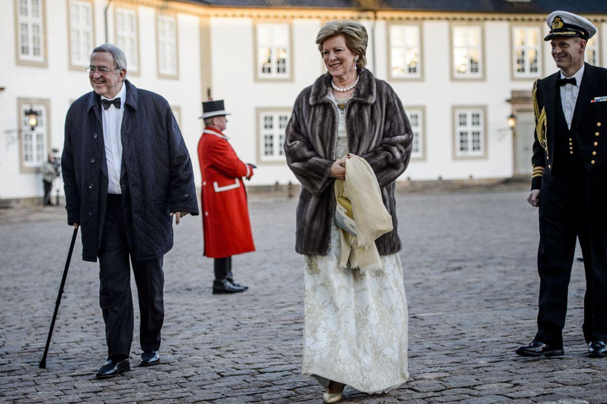 Ekskong Konstantin og eksdronning Anne-Marie ses her på Fredensborg Slot, da dronning Margrethe i 2015 fyldte 75. Parret lever i eksil i London. Nu viser det sig, at et af den græske kongefamiliens gamle slotte i Grækenland rummer en kæmpe skat af værdifuld vin og spiritus.