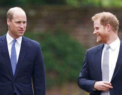 Et par afslappede prins-brødre på vej til afsløringen af Diana statuen i 'Sunken Garden' i haven på Kensington Palace. Foto: Scanpix/Yui Mok / POOL / AFP