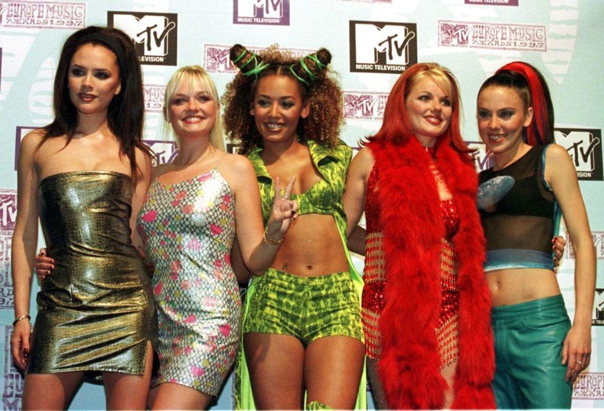 Spice Girls tog verden med storm. Sangene brølede ud af højtalere overalt og det britiske girlband havde uanet succes. KLIK VIDERE OG SE, HVORDAN DE VAR ENGANG – OG HVAD DE LAVER I DAG. Foto: jj/Photo by Jerry Lampen REUTERS/Scanpix