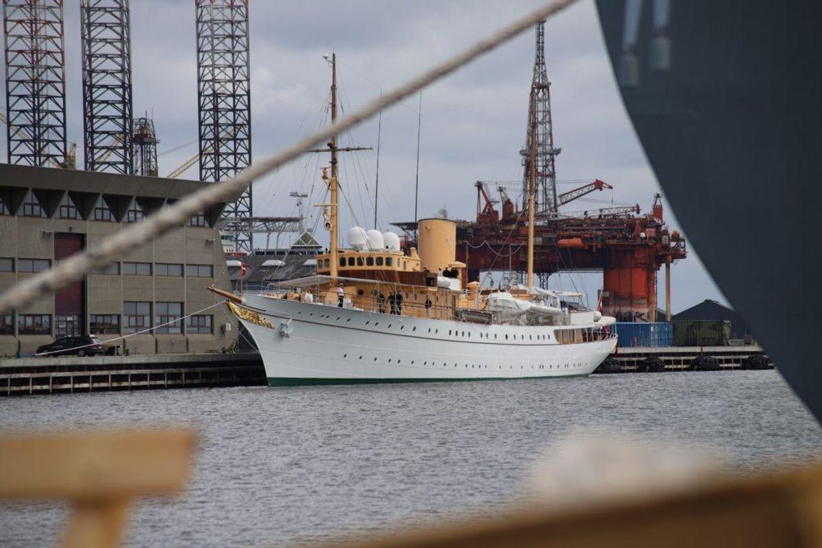 Dannebrog kom i problemer – og er her ankommet til Frederikshavn. Foto: Presse-fotos.dk.