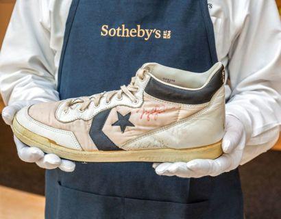 Michael Jordan bar denne sko i 1984, da han blev udtaget til det OL-vindende amerikanske baskethold. Foto: Handout / SOTHEBY'S / AFP