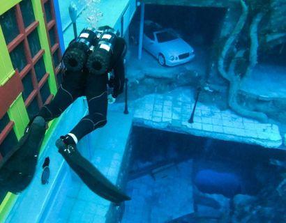 Dykkerne kan svømme rundt i en hel undervandsby. FOTO:  GIUSEPPE CACACE / AFP
