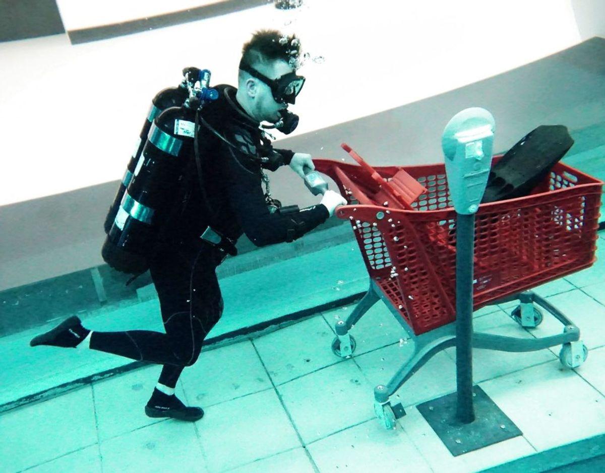 Selvfølgelig skal man købe ind i 60 meters dybde.  FOTO:  GIUSEPPE CACACE / AFP
