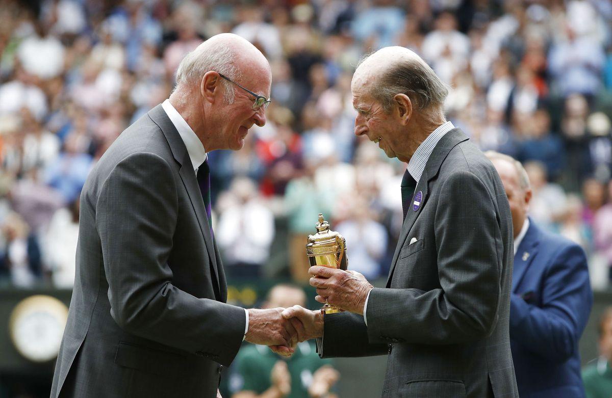 I 52 år har prins Edward været synonym med trofæoverrækkelse til Wimbledon, men nu er det slut. Til hans sidste overrækkelse fik han selv et hæderstrofæ. Foto: REUTERS/Paul Childs / Ritzau Scanpix