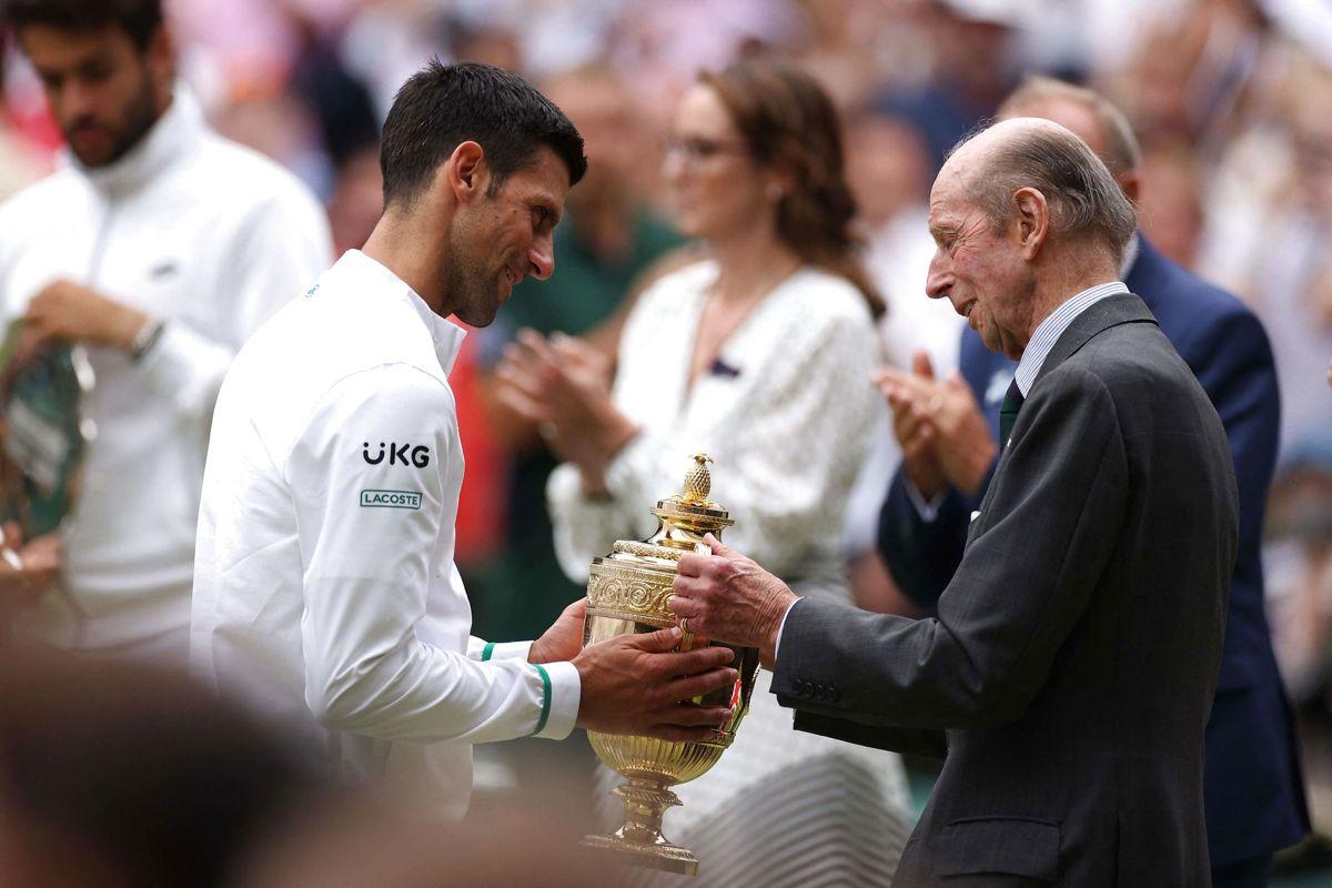 Novak Djokovic blev den sidste spiller til at få et trofæ fra hertugen af Kent. Foto: Steven Paston / POOL / AFP / Ritzau Scanpix